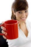 rånar den executive kvinnligholdingen för kaffe att le Royaltyfri Foto