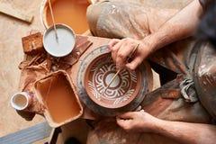 Rånar den likadana handgjorda keramikern för den läskiga framsidan på en trähylla, närbilden, shellowdjup av fältet royaltyfri bild