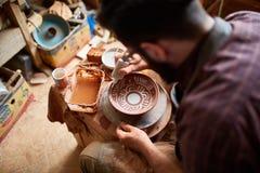 Rånar den likadana handgjorda keramikern för den läskiga framsidan på en trähylla, närbilden, shellowdjup av fältet arkivfoton