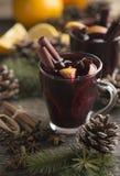 Rånar den traditionella varma drinken för hemlagad jul i exponeringsglas med art och apelsinen på en träbakgrund placera text arkivbilder