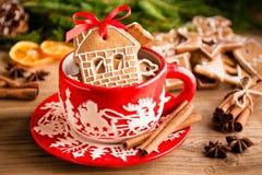 Rånar ljust rödbrun kakor för jul i ett rött royaltyfri fotografi