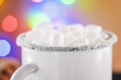 Rånar vitt kaffe för emalj koppen av den varma drinkdrycken för kakao med marshmallowen Royaltyfri Foto