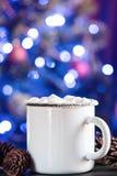 Rånar vitt kaffe för emalj koppen av den varma drinkdrycken för kakao med marshmallowen Royaltyfri Fotografi