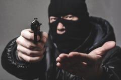 Rånare med ett aming vapen Royaltyfria Foton