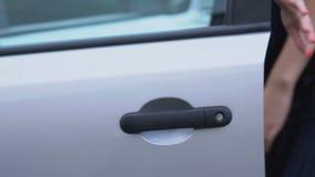 Rånare som anfaller kvinnan med kniven, bilkapning, ingrepp på liv och egenskapen stock video