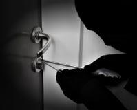 Rånare som bryter dörrlåset Royaltyfri Fotografi