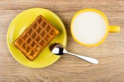 Rånet som är välfyllt i det gula tefatet, kopp av, mjölkar och skedar Royaltyfri Bild