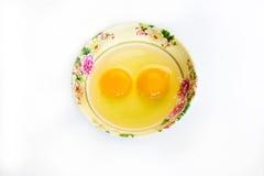 Rått ägg i kopp Arkivfoton