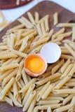 Rått ägg med äggula i skalet Royaltyfria Bilder