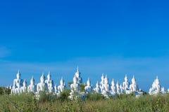 rått av vit buddha status på bakgrund för blå himmel Arkivfoton