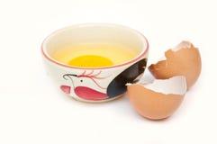 rått fegt ägg för bunke Arkivbild