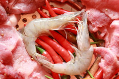 Rått griskött på klipp. räka och grönsaker Royaltyfri Foto