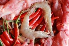 Rått griskött på klipp. räka och grönsaker Fotografering för Bildbyråer