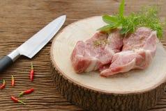 Rått griskött på skärbräda Royaltyfri Bild