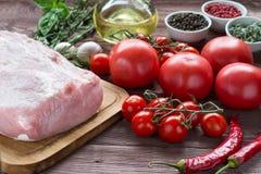 Rått grisköttkött med freashgrönsaker Arkivfoton