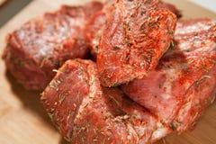 Rått grisköttkött som vältra sig med örter Royaltyfria Foton