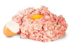 Rått jordnötkött med ägget Arkivbild