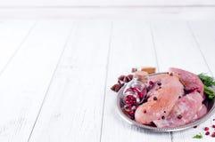 Rått kött för galler, BBQ eller matlagning med örter och kryddor på ett järnuppläggningsfat arkivfoton