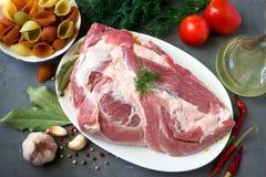 Rått kött-griskött och pasta på en platta Arkivfoton
