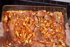 Rått kött i en exponeringsglascookware arkivbild