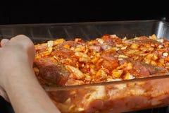 Rått kött i en exponeringsglascookware arkivfoton