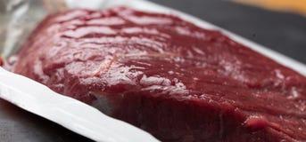 Rått kött i en panna Fotografering för Bildbyråer