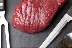 Rått kött i en panna Royaltyfria Bilder