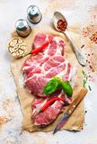 Rått kött med kryddan Arkivfoton
