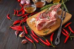 Rått kött, nötköttbiff på svart bakgrund, bästa sikt arkivfoto
