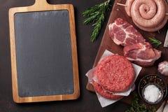 Rått kött och korvar fotografering för bildbyråer