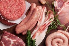 Rått kött och korvar royaltyfri bild