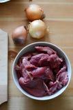 Rått kött och lökar Fotografering för Bildbyråer