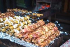 Rått kött och potatisar som är förberedda för att steka på steknålar Royaltyfria Foton