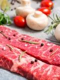 Rått kött på ett ark av tenn Närliggande kryddor, smaktillsatser och vegeta Royaltyfri Fotografi