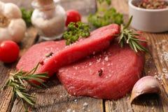 Rått nötkött och ört royaltyfri foto
