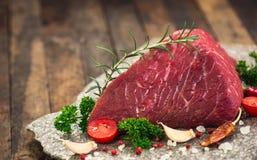 Rått nötköttkött med kryddor royaltyfria foton