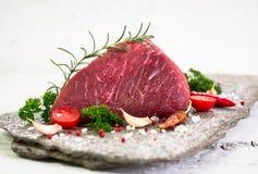 Rått nötköttkött med kryddor royaltyfri bild