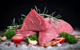 Rått nötköttkött med kryddor fotografering för bildbyråer