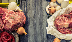Rått nytt marmorerat kött i papper med olja och kryddor på lantlig träbakgrund, baner för website med matlagningbegrepp Royaltyfri Bild