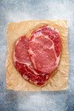 Rått nytt organiskt marmorerat kött Nötkött havet saltar, peppar och vitlök på tabellen Ribeye för stödögonbiff svart Angus som f royaltyfri bild