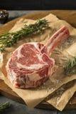 Rått rött gräs Fed Tomahawk Steaks Arkivbild