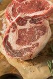 Rått rött gräs Fed Tomahawk Steaks Arkivbilder