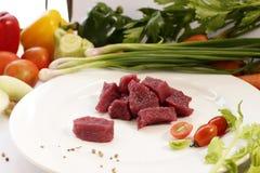 Rått strutskött för skiva med grönsaken Royaltyfri Foto