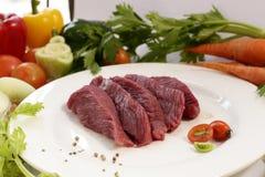 Rått strutskött för skiva med grönsaken Royaltyfri Bild