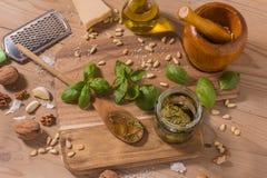 Råvaror för pestosås på träbakgrund Arkivbild
