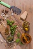 Råvaror för pestosås på träbakgrund Royaltyfri Fotografi