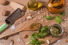 Råvaror för pestosås på träbakgrund Arkivfoto