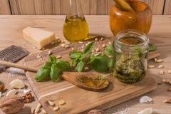Råvaror för pestosås på träbakgrund Royaltyfri Bild