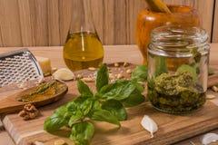 Råvaror för pestosås på träbakgrund Royaltyfria Bilder