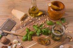 Råvaror för pestosås på träbakgrund Royaltyfri Foto